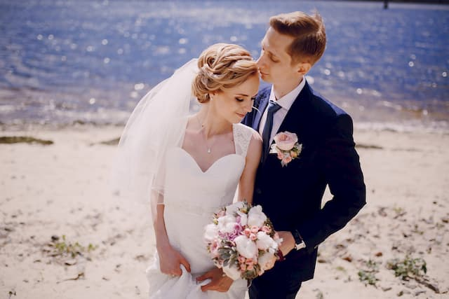 Foto de um casal na praia